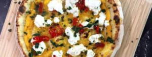 Пицца с веганской рикоттой, засахаренным перцем чили и жареной мускатной тыквой